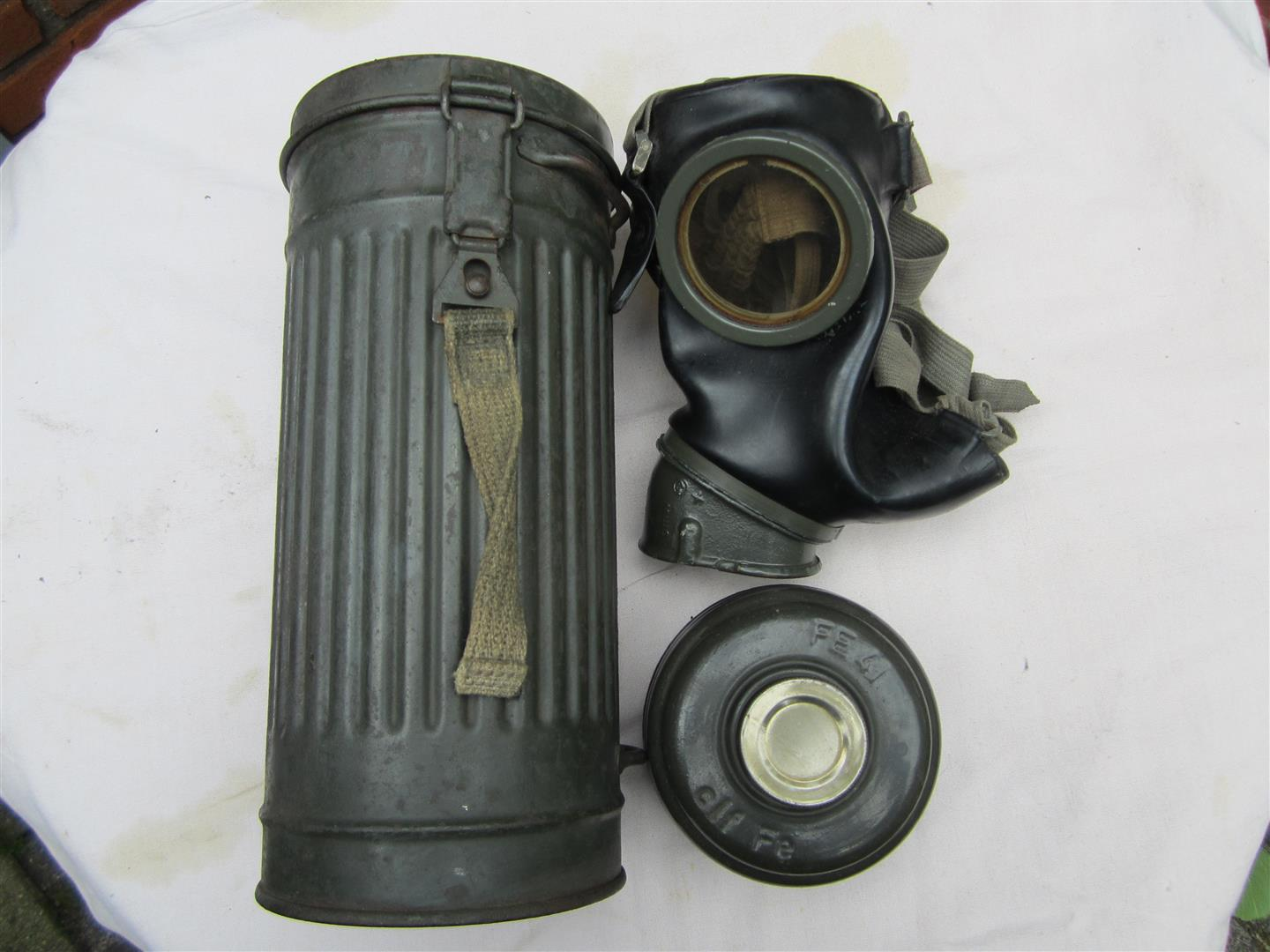 WW2 WH Gasmask & Tin